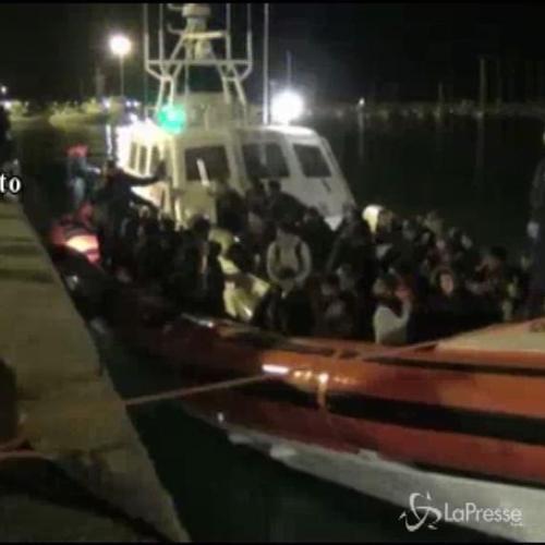 A Pozzallo 108 migranti, fermati 3 presunti scafisti russi  ...