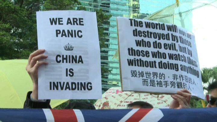 Hong Kong, attivisti democratici protestano sotto consolato ...