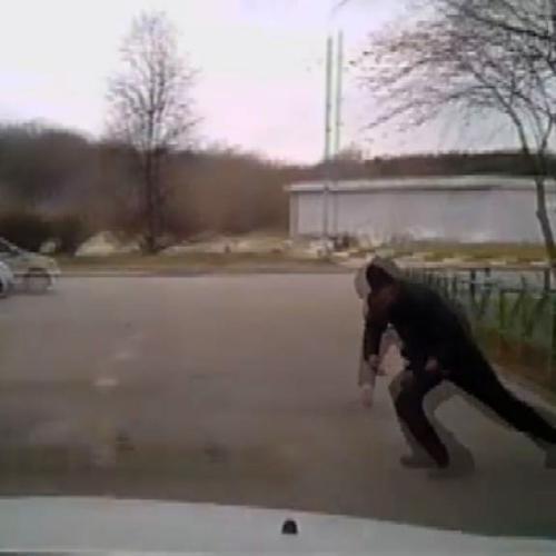 Si getta sotto l'auto per chiedere i danni