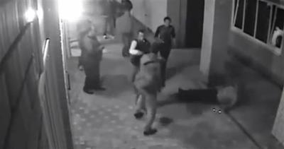 Russia, boxer stende 10 gangster con due mosse fatali