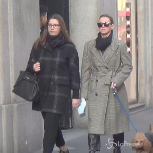Elena Barolo a passeggio per Milano con un'amica e il ...