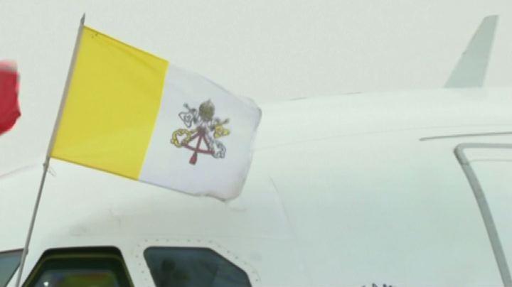 Atterrato alle 10 a Strasburgo volo Alitalia del Papa. Nude ...
