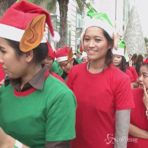 Thailandia, 1762 persone si vestono da elfi di Babbo ...
