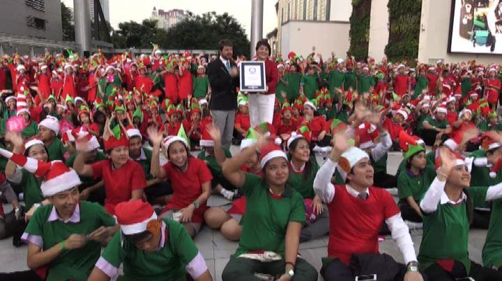 La carica dei 1.762 elfi natalizi a Bangkok