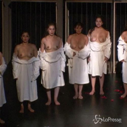 Colombia, detenute sul palco con Sofocle: mostrano il seno ...