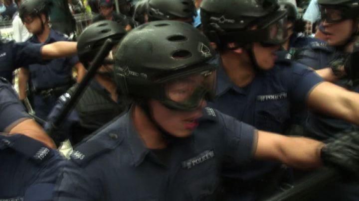 Hong Kong, la polizia sgombra le barricate dei manifestanti ...