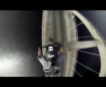 Con la 'moto' sull'arcata del ponte