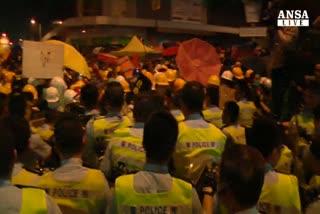 Caos ad Hong Kong, arrestati 100 manifestanti