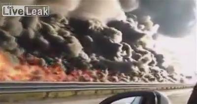 Messico, muro di fuoco divora l'autostrada