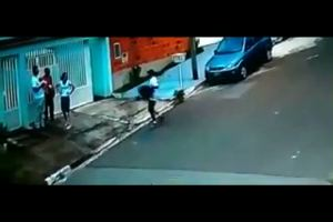 Brasile, per difendersi da un ladro butta a terra la figlia ...