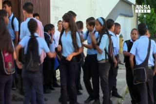 Pancione e divisa scuola, manichini choc a Caracas