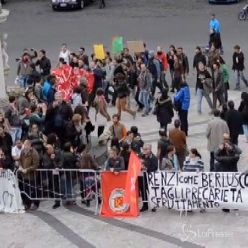 Premier Matteo Renzi contestato a Catania sotto il ...