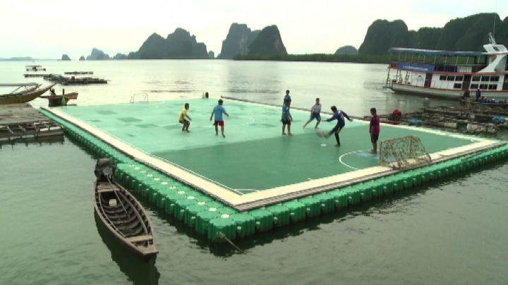 Thailandia, campo di calcio galleggiante per lanciare il ...