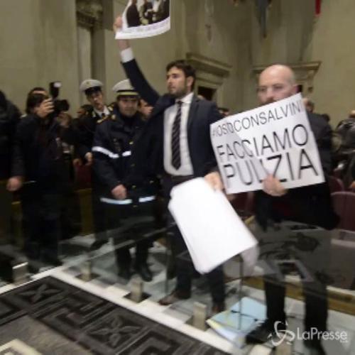 Blitz M5s in Campidoglio al grido di 'Fuori la mafia dallo Stato'
