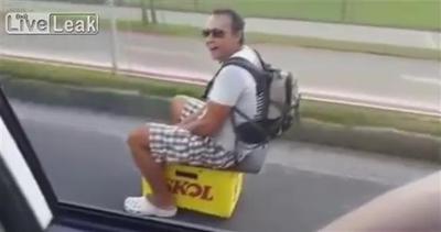 Uno strano mezzo di trasporto: la 'birra automobile'