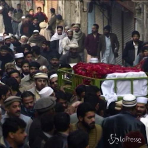 Pakistan, le immagini del dolore: scuole a lutto e lacrime ...