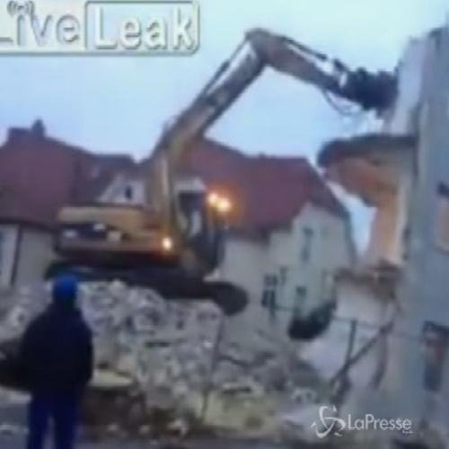 Ruspa demolisce casa, un ciclista quasi rimane sotto