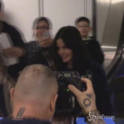 Icona 'Friends' Courteney Cox circondata dai fan ...