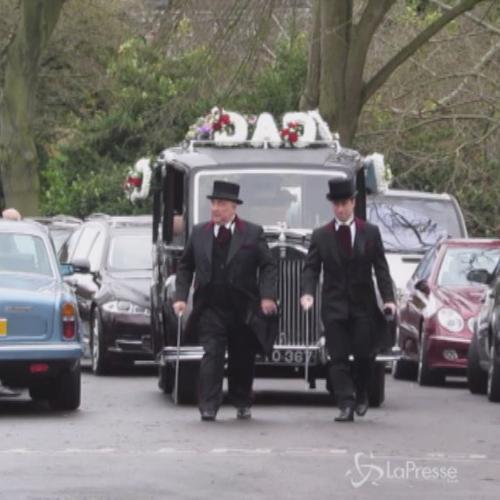 Collane d'oro e carro funebre d'annata al funerale del ...