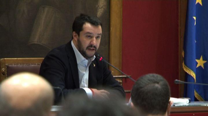 Salvini: clandestini in hotel e italiani sotto i ponti, è ...