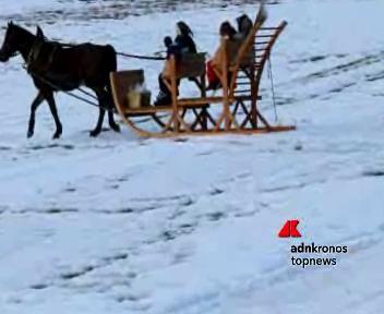 In Trentino le befane volano in parapendio