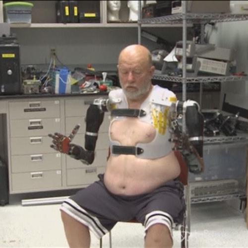 Usa, braccia robotiche che rispondono a comandi del ...