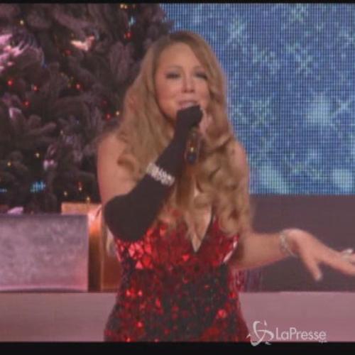 Il sexy Natale di Mariah Carey sul palco e le sue curve ...