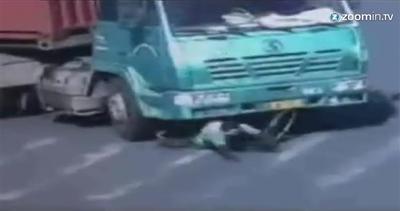 Miracolo di Natale: sotto il camion, ma rimane illeso