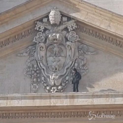 In piedi sulla facciata del Vaticano per protesta: l' ...