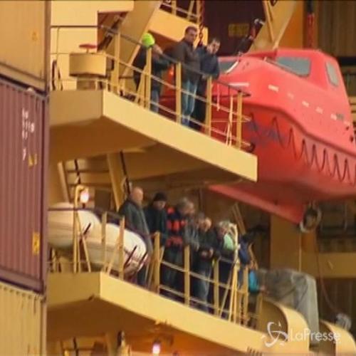 Primo gruppo di naufraghi arriva al porto di Bari
