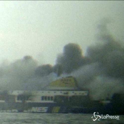 Traghetto in fiamme, proseguono i soccorsi