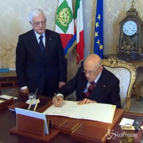 Giorgio Napolitano firma l'atto di dimissioni da presidente della Repubblica
