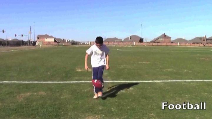 Il baby-calciatore che palleggia..con qualunque cosa