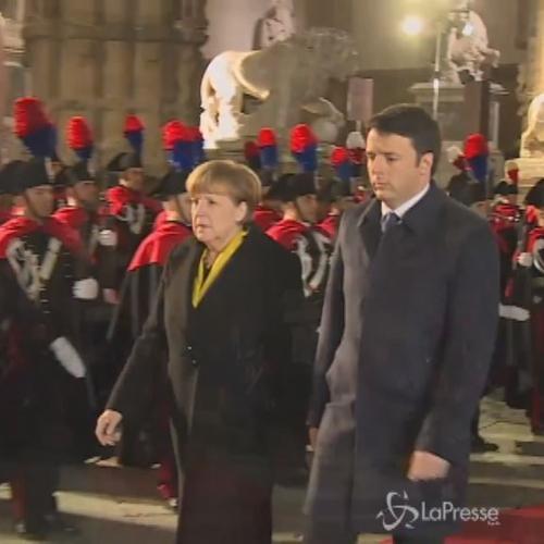 Il video di Renzi che riceve Merkel a Firenze e le illustra ...