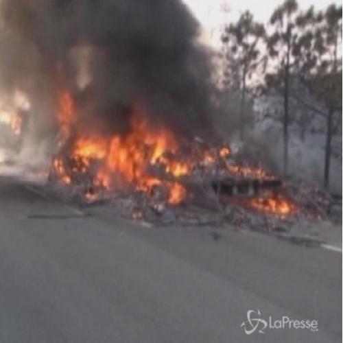 Camion carico di moto prende fuoco su una superstrada in ...