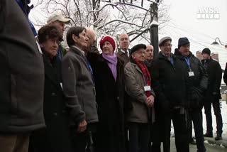 Sopravvissuti alla Shoah visitano Auschwitz