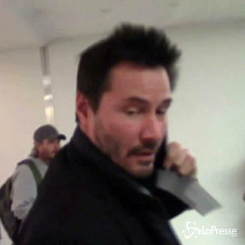 Keanu Reeves parla al telefono all'aeroporto per schivare ...