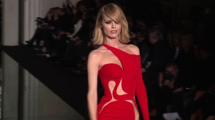La sfilata di Versace apre l'Haute couture a Parigi