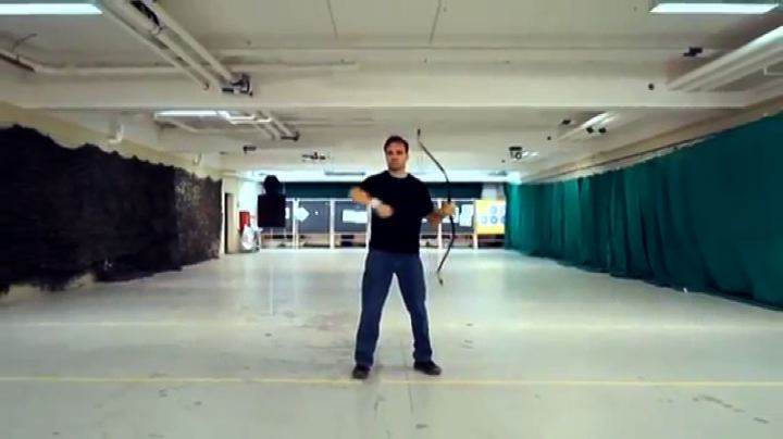 Le acrobazie di Lars Andersen, arciere più veloce del ...