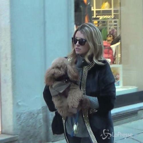 Elena Barolo passeggia per Milano con il cagnolino ...