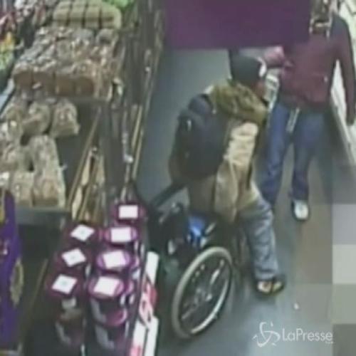 Donna su sedia a rotelle si alza e cammina per rubare in ...