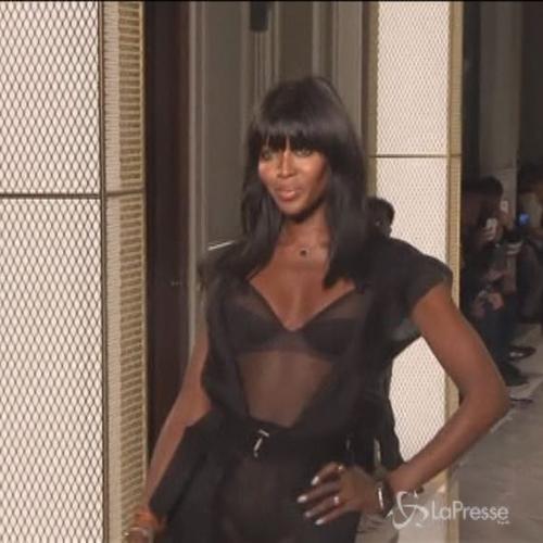 Naomi Campbell sfila in lingerie per La Perla