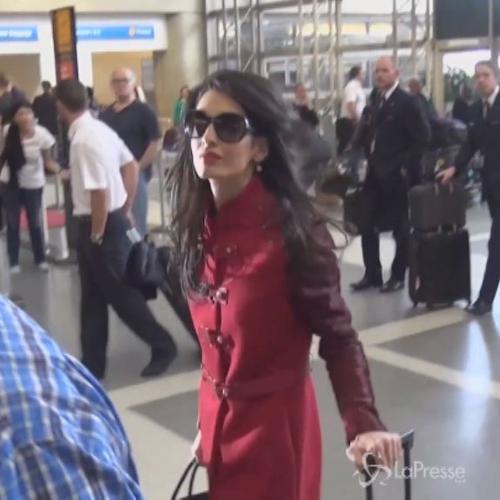 Amal Clooney regina di stile all'aeroporto senza il suo ...