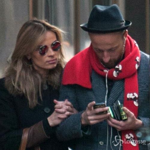 Facchinetti e moglie a spasso per Milano a braccetto come ...