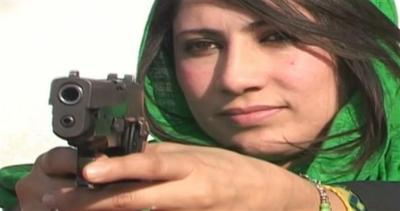 Pakistan: le maestre imparano a sparare