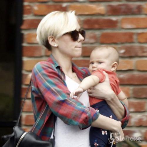 Scarlett Johansson in versione mamma cede alla tentazione ...