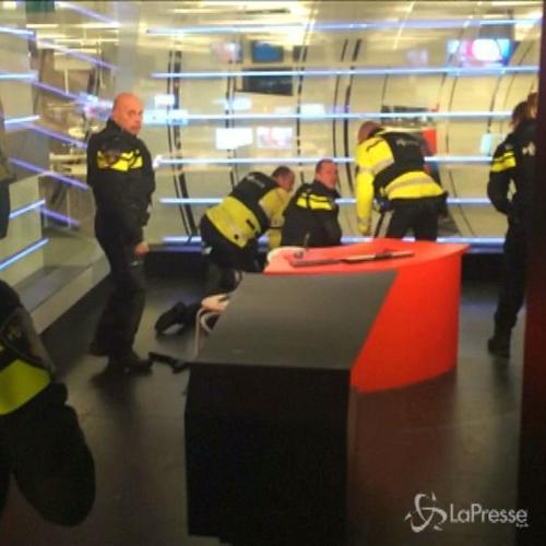 Immagini choc in Olanda, giovane armato fa irruzione in uno ...