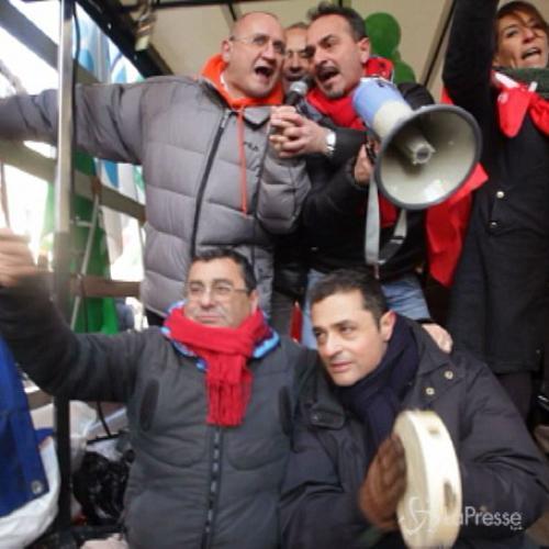Il rap dei bancari in corteo a Milano. E cantano ...
