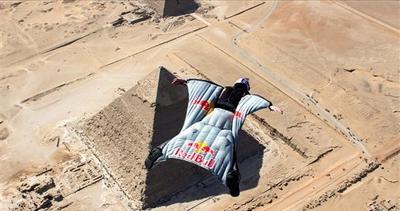 In volo con la tuta alare sopra le piramidi d'Egitto