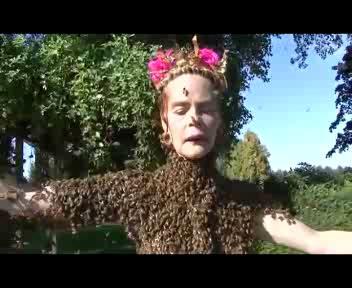La donna che danza con 12.000 api sul corpo